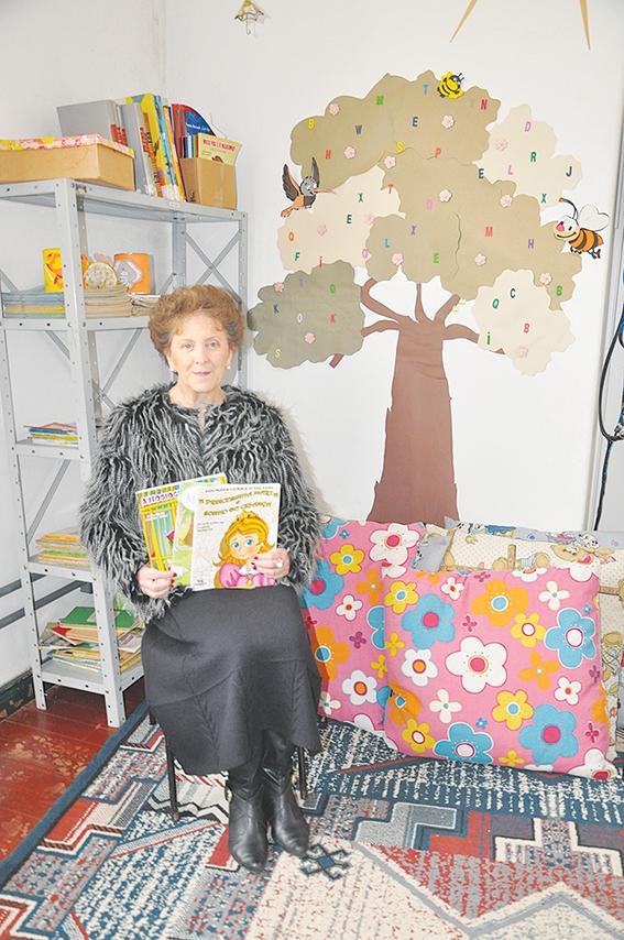 Lourdes Curra realiza doações de livros para entidades.