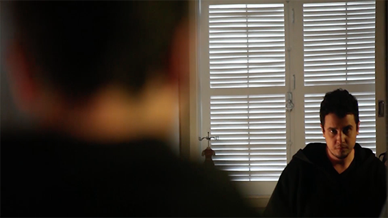 O ator José Renato Lopes interpreta um homem que vive entre o limite da realidade e a paranóia, no suspense 'Apartamento 625', que será exibido neste sábado.