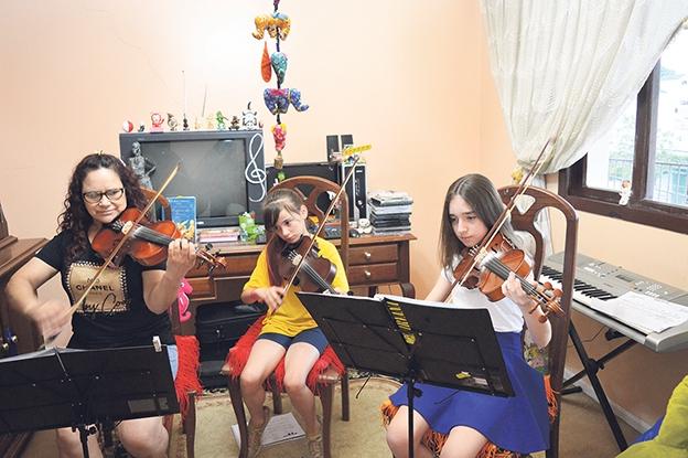 A professora Valdevina e as alunas Ana Paula e Alissa.