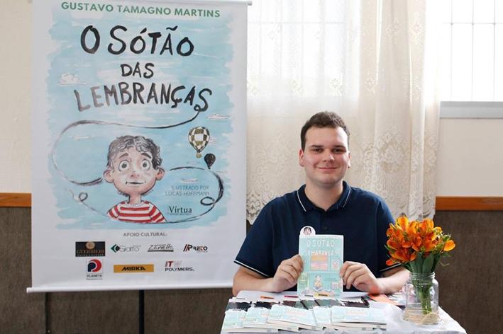 Escritor caxienseGustavo Tamagno Martins, de 19 anos.
